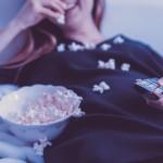 manger du pop corn devant la télévision