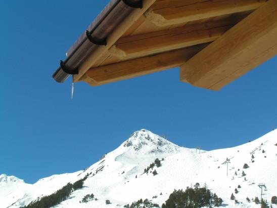 chalet à la montagne toit  neige gel gelée