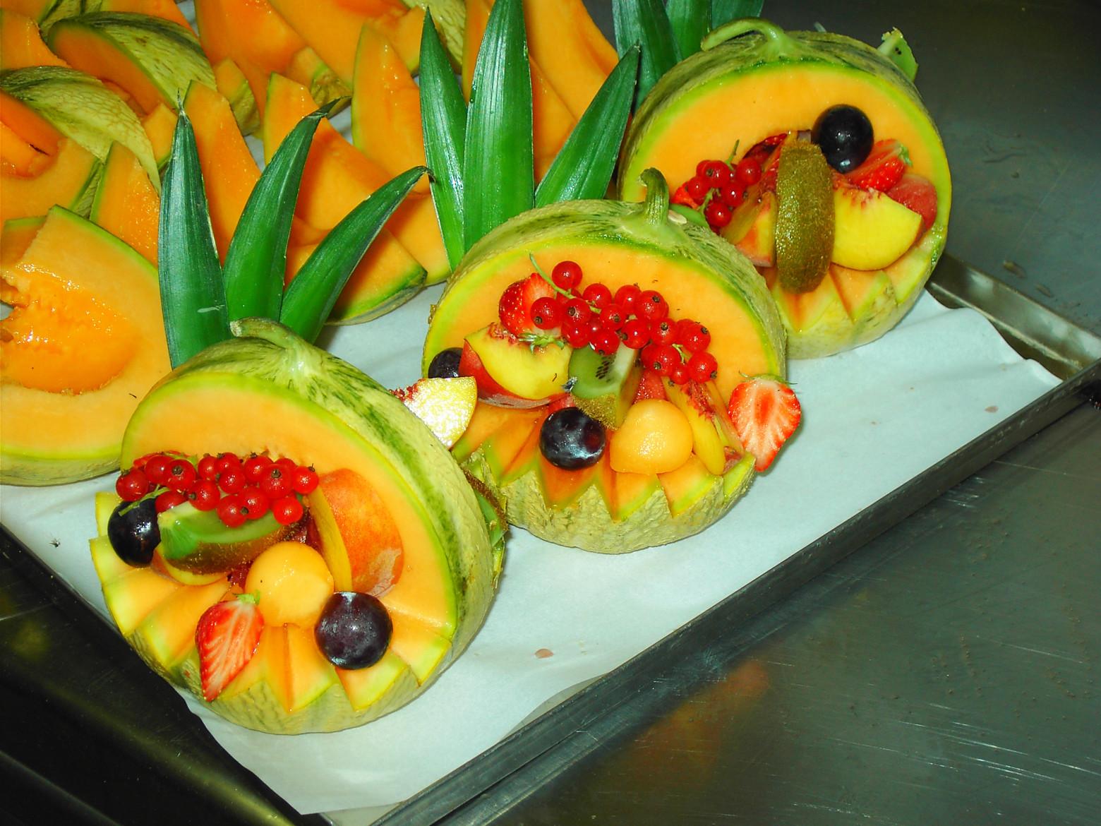 panier dessert de fruit pastéque melon kiwis fraises raisin | images
