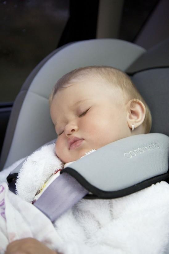 bébé qui dort dans un siège auto