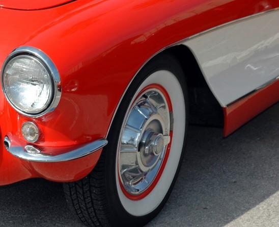 carrosserie rouge et blache voiture avant pneu