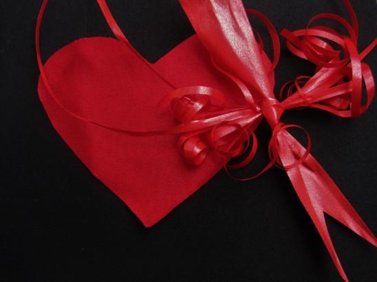 coeur rouge ruban cadeau saint-valentin