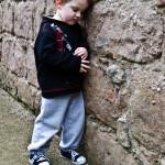 enfant petit garçon seul et triste