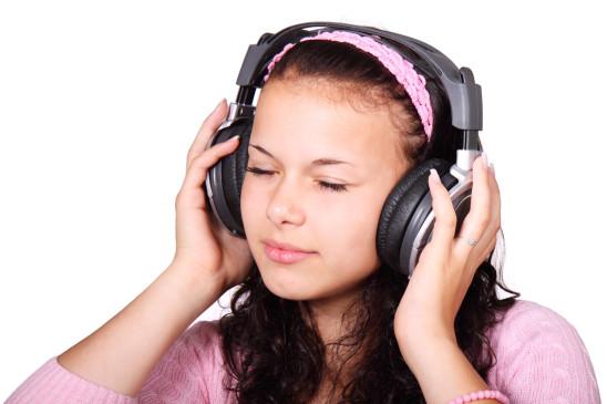 jeune fille ado adolescente qui écoute de la musique avec un casque audio