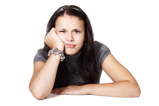 jeune fille femme ado adolescente qui s' ennuie
