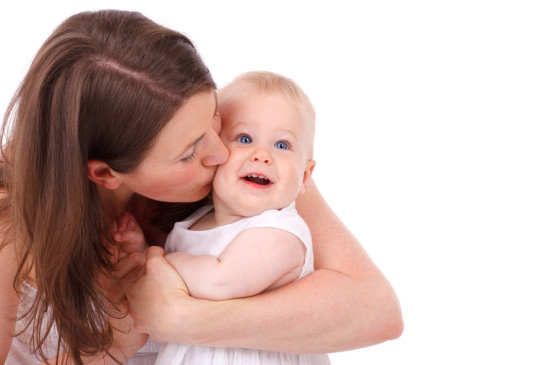 mère enfant bébé bisoux embrasser amour femme enfant