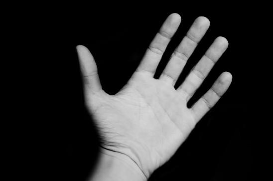 main ouverte isolé sur fond noir