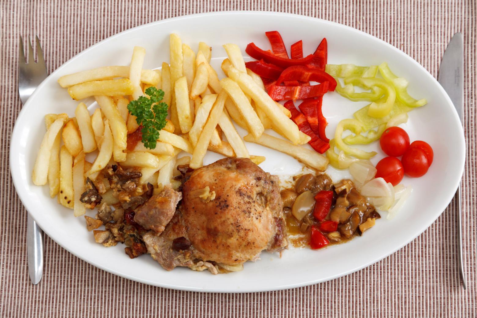 plat de frites légumes et viandes