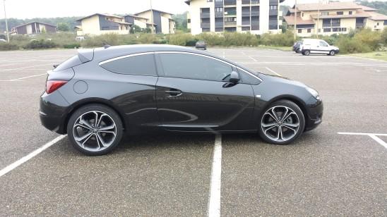 voiture de sport noire