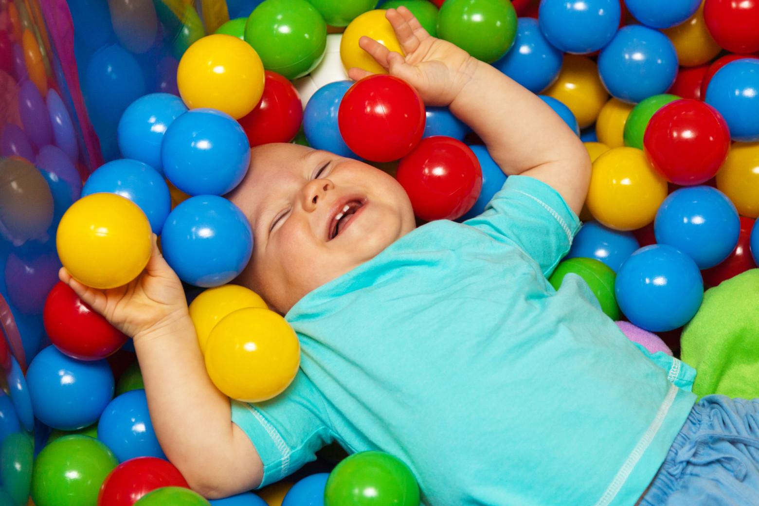 Enfant b b qui joue images photos gratuites images - Nino 6 anos se hace pis ...