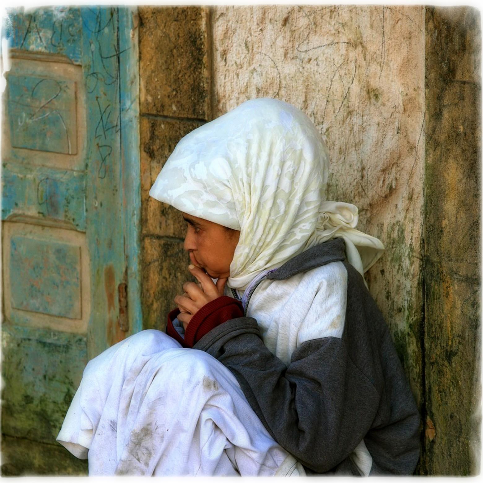 petite fille marocaine triste images photos gratuites images gratuites et libres de droits. Black Bedroom Furniture Sets. Home Design Ideas