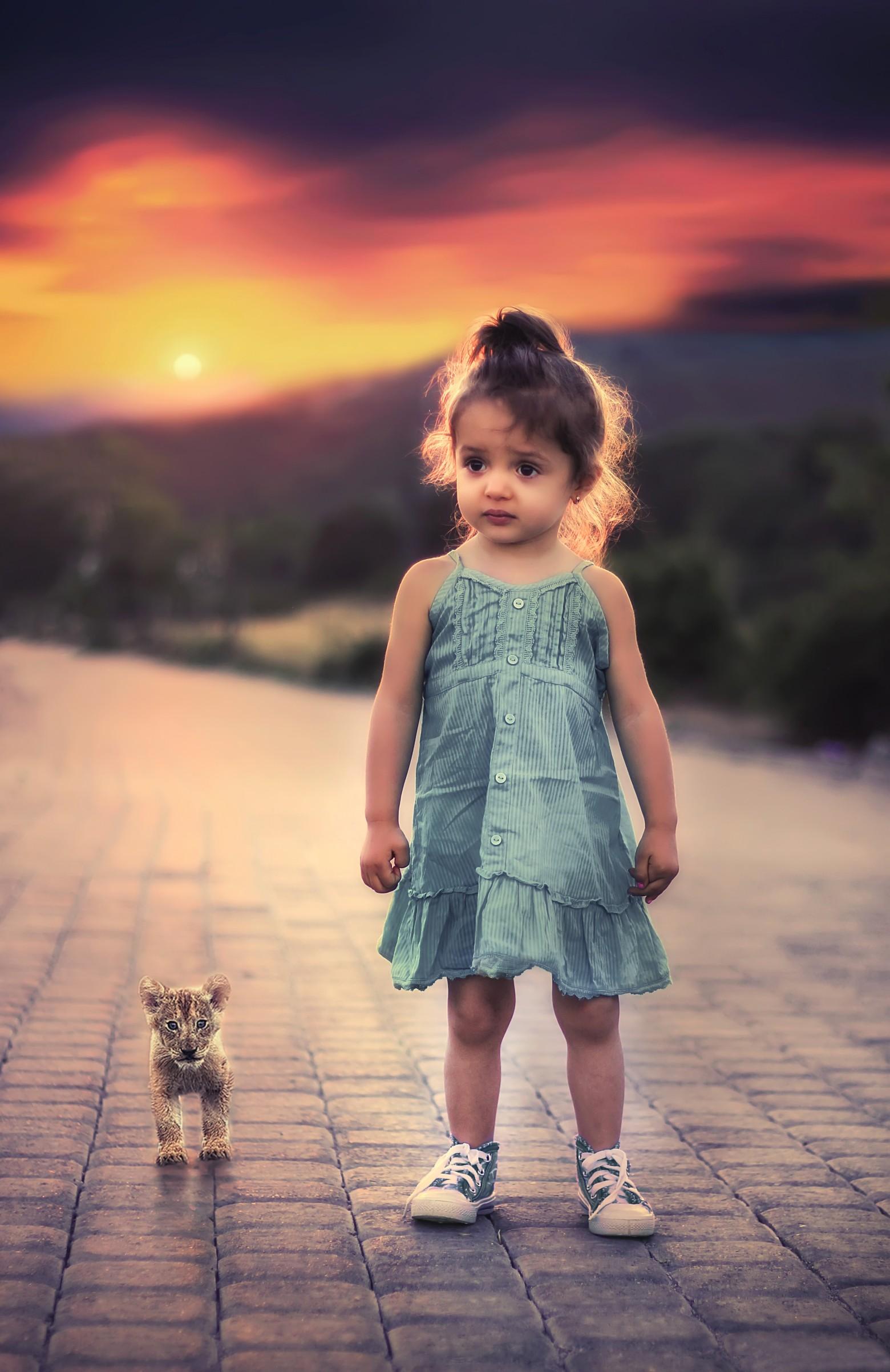 enfant petite fille b b et un petit lionceau sur la route images photos gratuites images. Black Bedroom Furniture Sets. Home Design Ideas