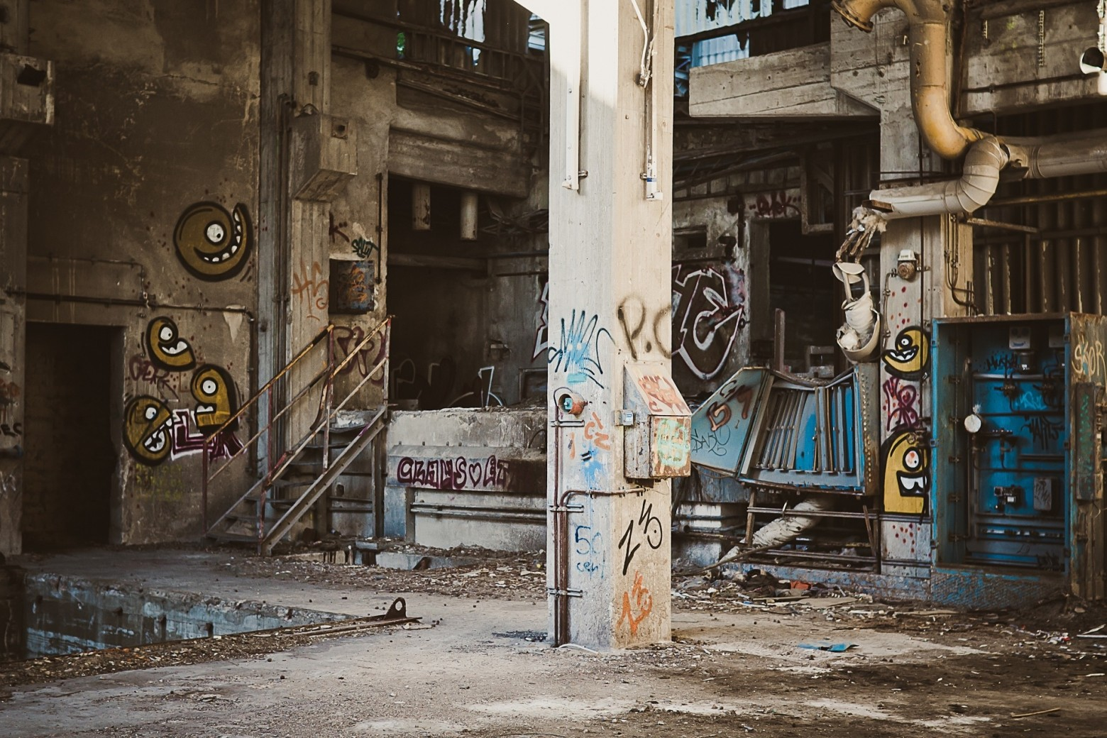 hangar usine d saffect e graffiti art de rue images photos gratuites libres de droits images. Black Bedroom Furniture Sets. Home Design Ideas