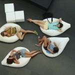 jeune femme sofa fauteuil détente pause relaxation images gratuite