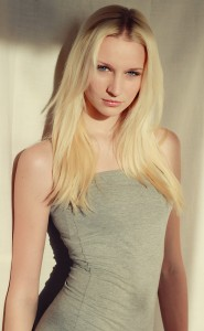 jeune fille blonde modèle posant mode beauté images photos gratuites1