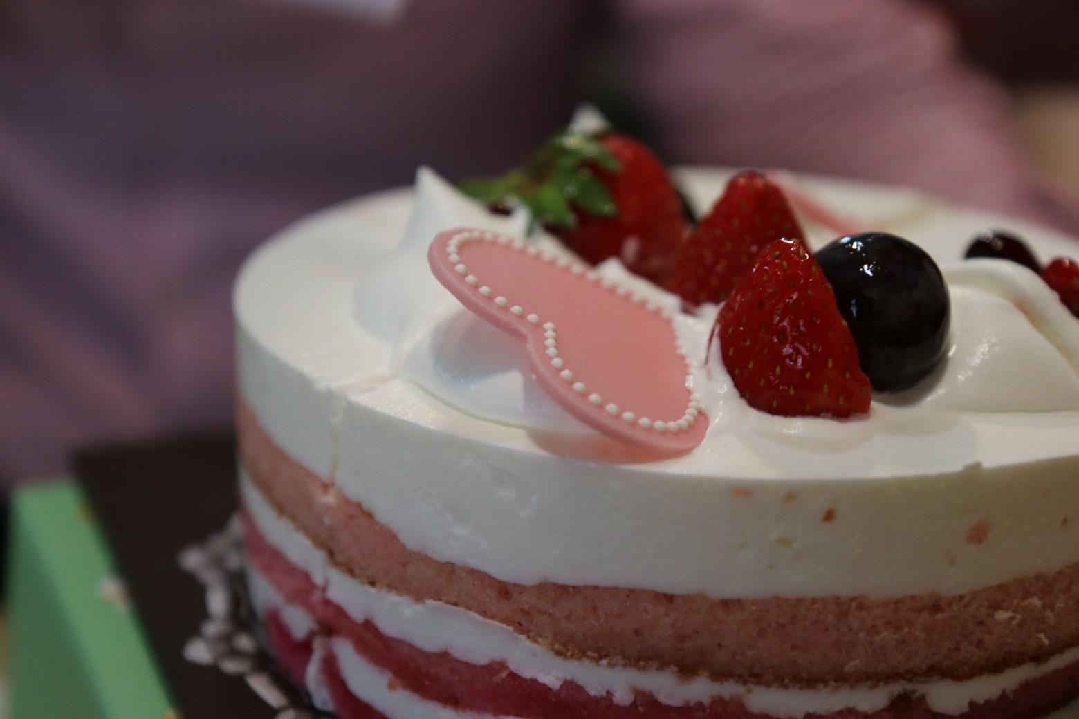 G teau d anniversaire p tissier p tisserie coeur fraise - Images coeur gratuites ...