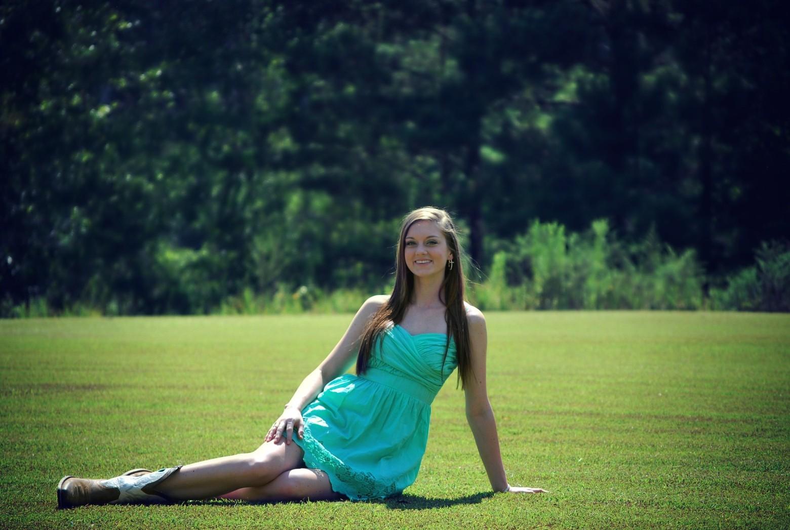Model De Jeune Fille : Jeune fille adolescente jolie assise sur l herbe images