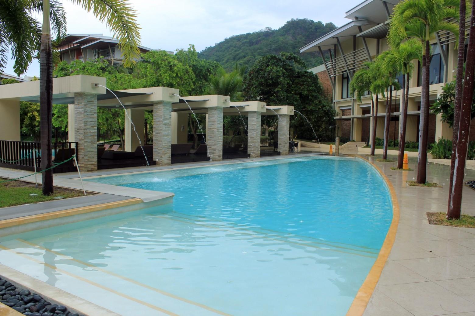 piscine avec jet d eau images photos gratuites images. Black Bedroom Furniture Sets. Home Design Ideas