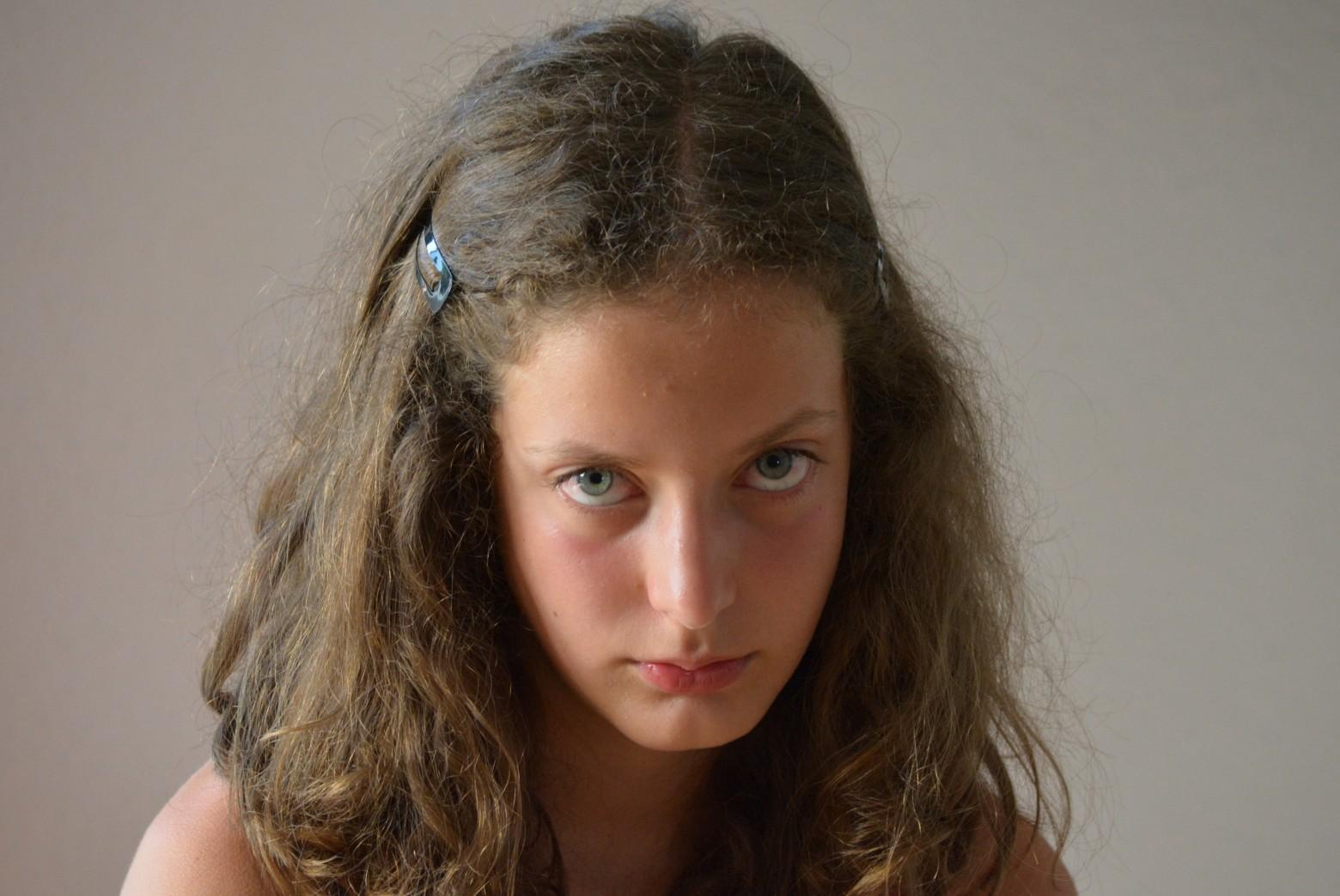 portrait jeune fille adolescente qui boude col re images. Black Bedroom Furniture Sets. Home Design Ideas