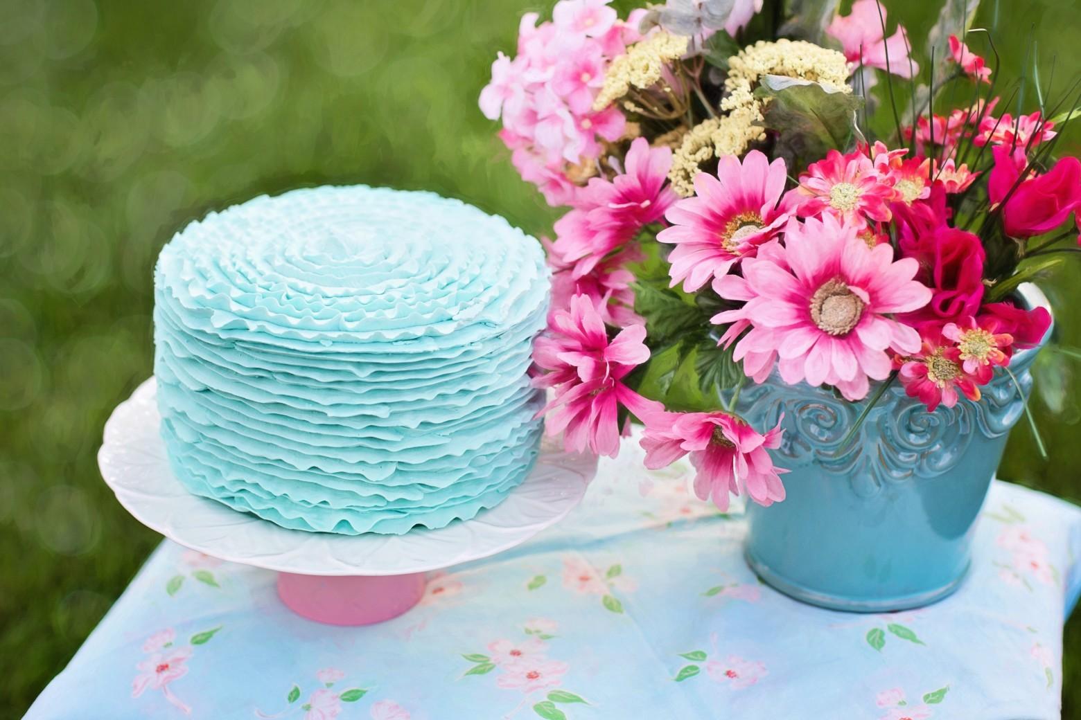Top gâteau d' anniversaire et un bouquet de fleurs photos gratuites  IP99