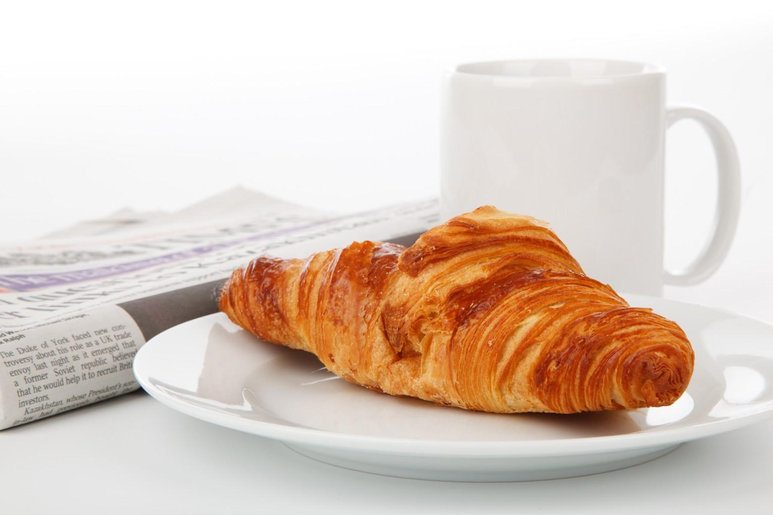 Top petit déjeuner café croissant journal photos gratuites | images  NI75