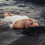 femme eau bain mer