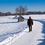 vieil homme marchant sur la neige