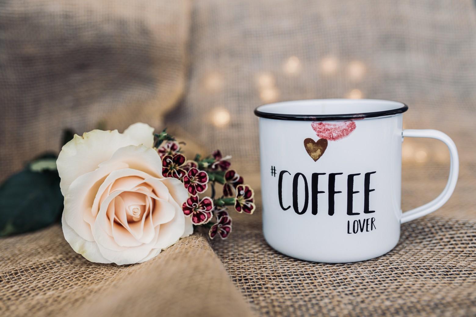 une tasse de cafe et une rose