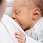 bébé qui allaite maternité maman enfant