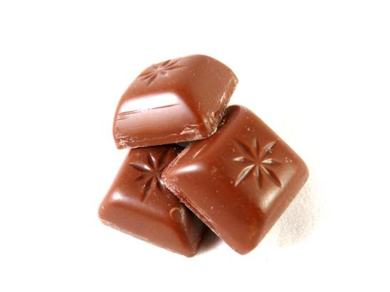 carré de chocolat au lait sur fond blanc