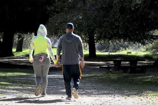 couple homme femme qui marche main dans la main amour