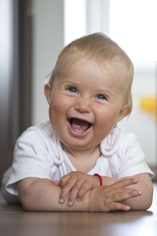 enfant bébé heureux qui rit