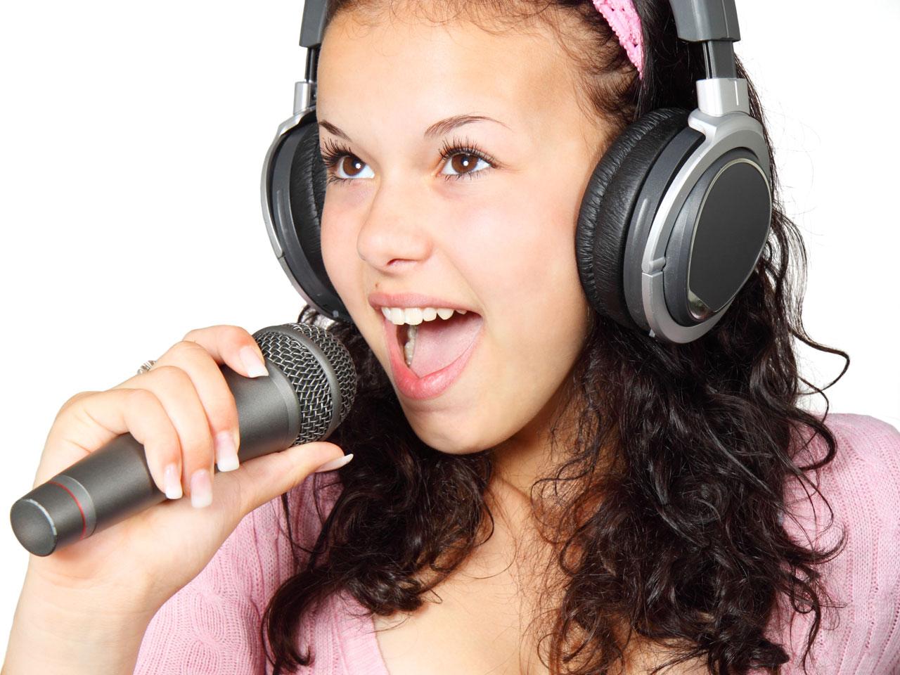 fille jeune fille adolescente chanter casque audio micro