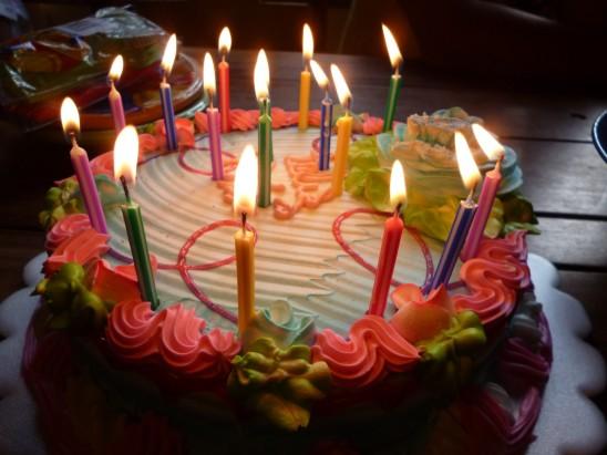 gâteau anniversaire bougie allumée