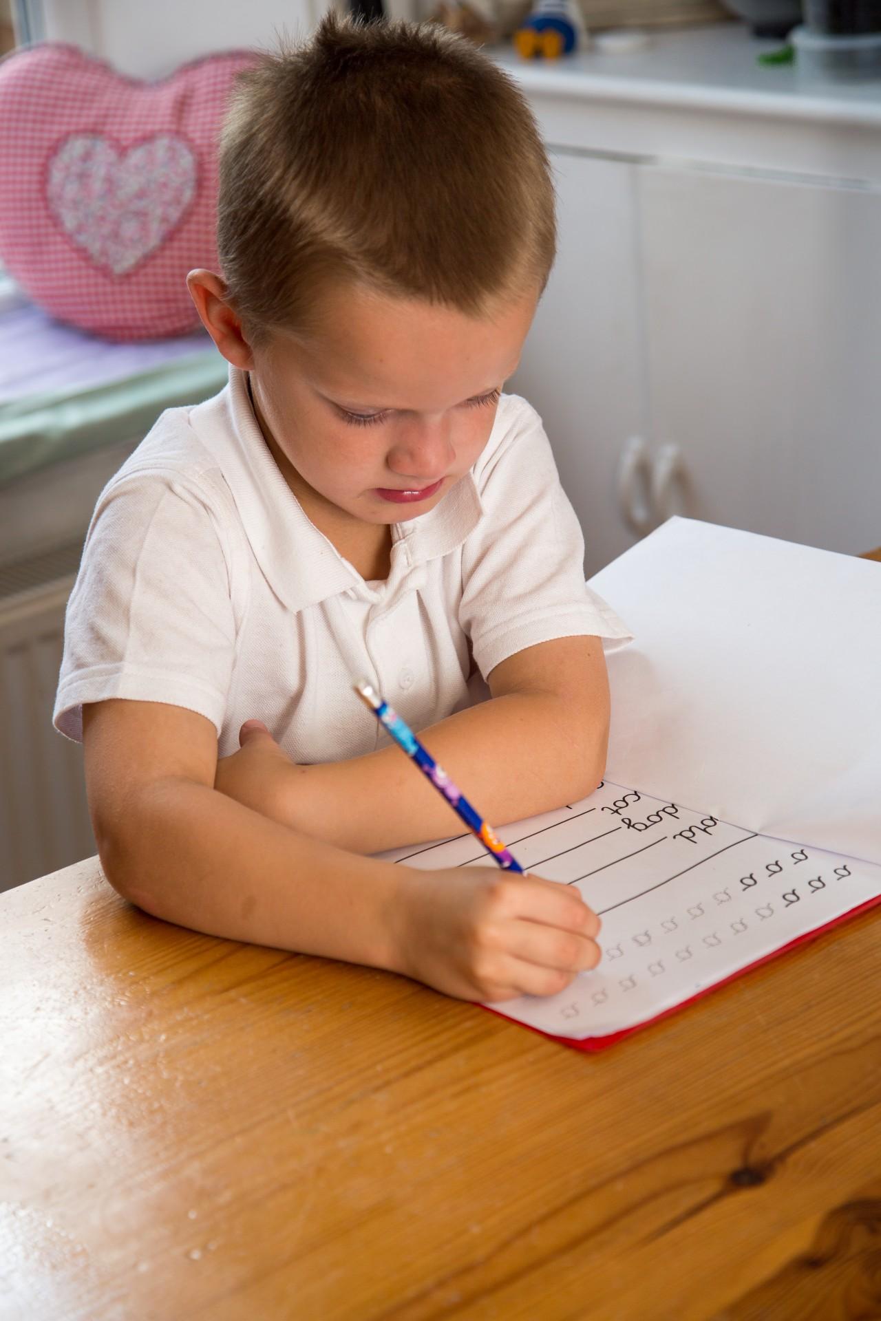 garçon enfant école écrire