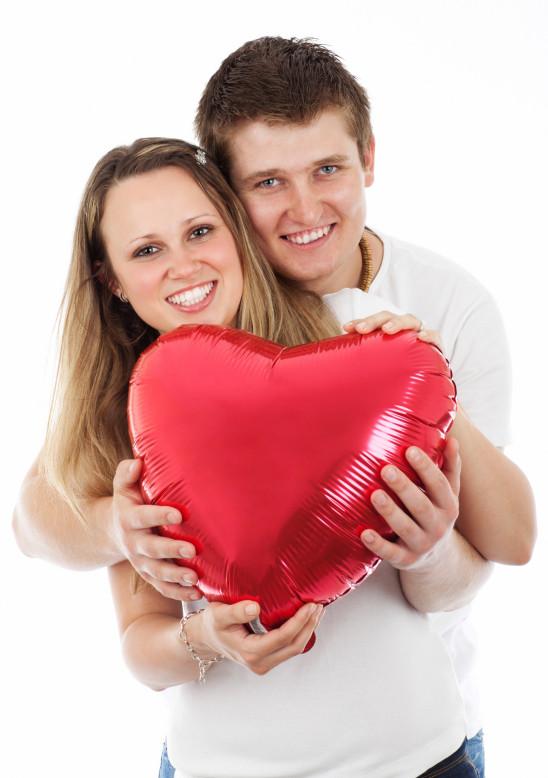jeune couple amoureux coeur saint-valentin