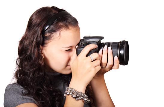 jeune femme ado adolescente photographe appareil photo
