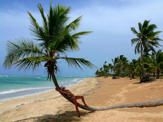 jeune femme sur la plage bronzer sable soleil mer océan vacance