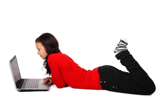 jeune fille ado adolescente devant un ordinateur portable