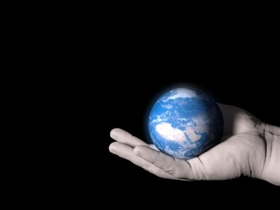 planéte terre dans la paume de la main