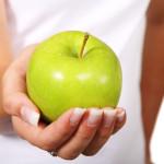 pomme verte dans le creux de la main