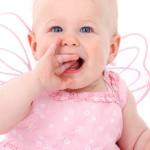 portrait bébé petite fille robe rose qui sourit