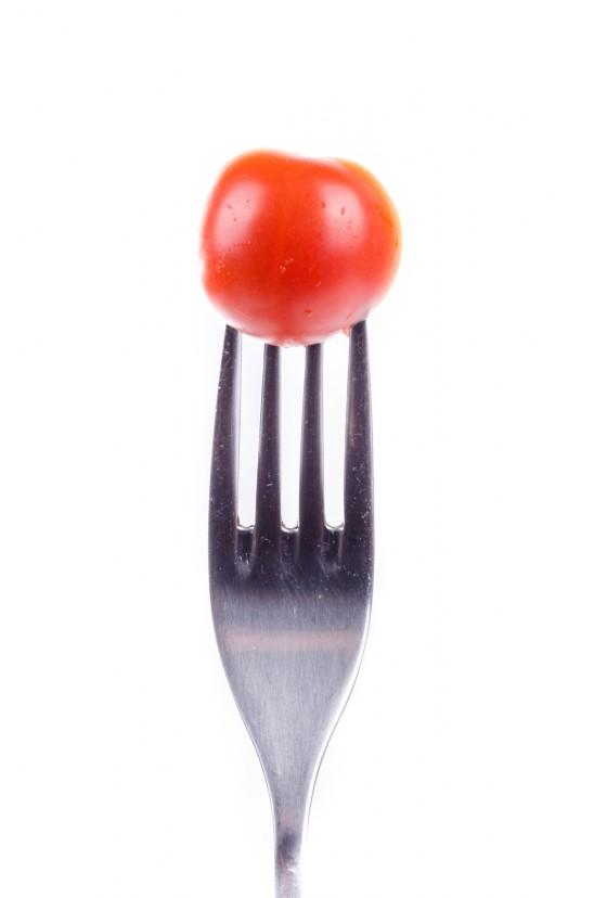 tomate cerise sur fond blanc fourchette