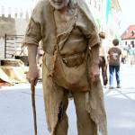 vieil homme pauvre se tenant avec une canne