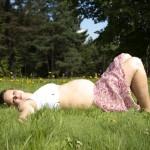 femme enceinte allongé dans l' herbe