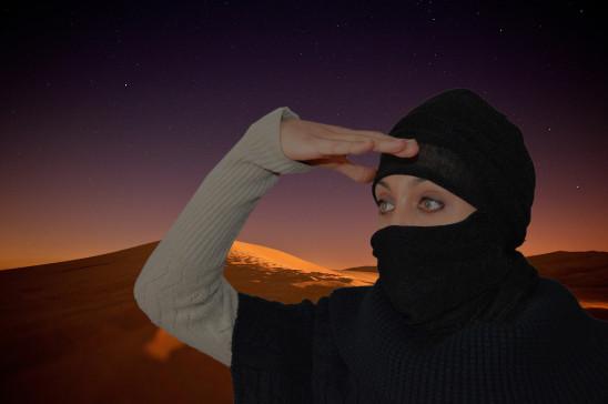 femme désert au crépuscules