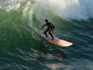 Longboard surfer homme surfant sur la vague océan images photos gratuites