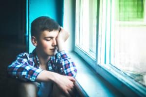 garçon adolescent seul fatigue dépression solitude harcèlement images gratuites