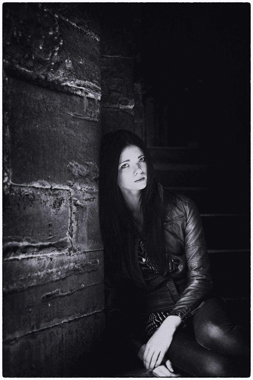jeune femme brune solitude seule triste images photos gratuites libres de droits
