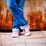 pantalon jeans personne chaussure basket rose posant images photos gratuites
